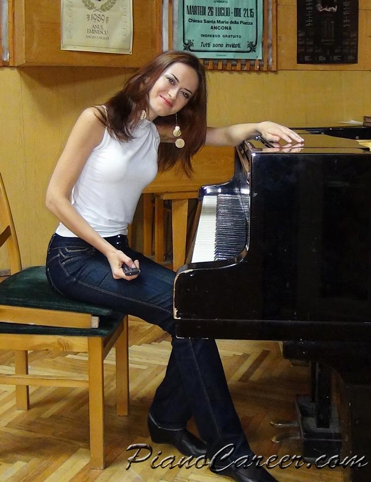 using the piano pedals tutorial - copyright PianoCareer.com 2011