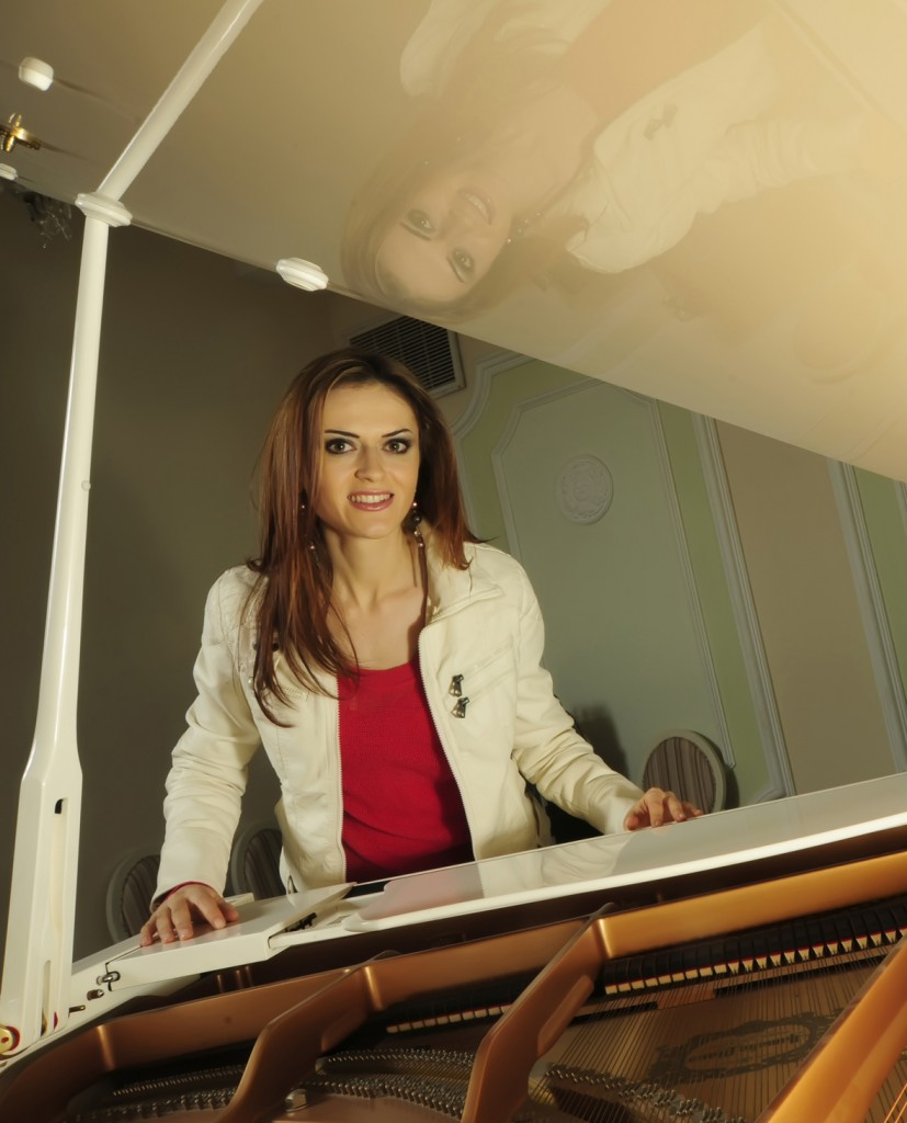 Ilinca Vartic - Learning How to Play 5 easy Christmas Carols. Tutorial for Piano Beginners